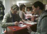 Richard Gotainer dédicaçant le billet d'entrée